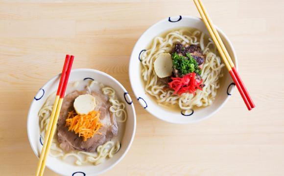 獲得米其林認可的拉麵職人及人氣陶藝家,結合各自手藝推出了「沖繩蕎麥麵」。 「島豆腐と、おそば。真打田仲そば」在沖繩名護市開幕囉。 沖繩、