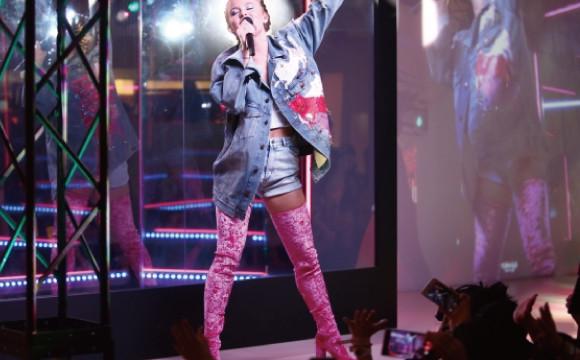 H&M涉谷店舉辨的記念活動邀請到流行歌曲界的新星Zara Larsson一同共相盛舉。 日本文化、日本流行、觀光、日本飲食