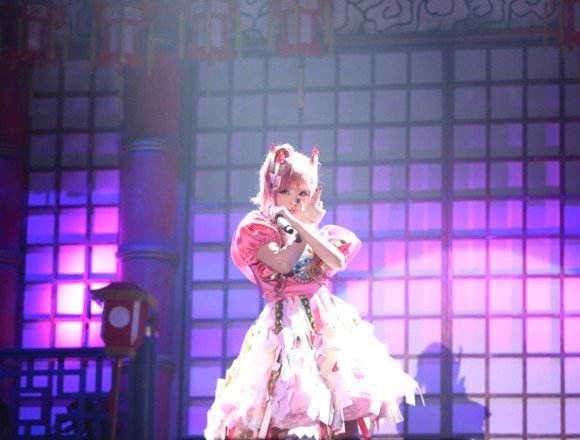 卡莉怪妞在以日本鬼屋為主題的萬聖節公演表演後空翻 卡莉怪妞、