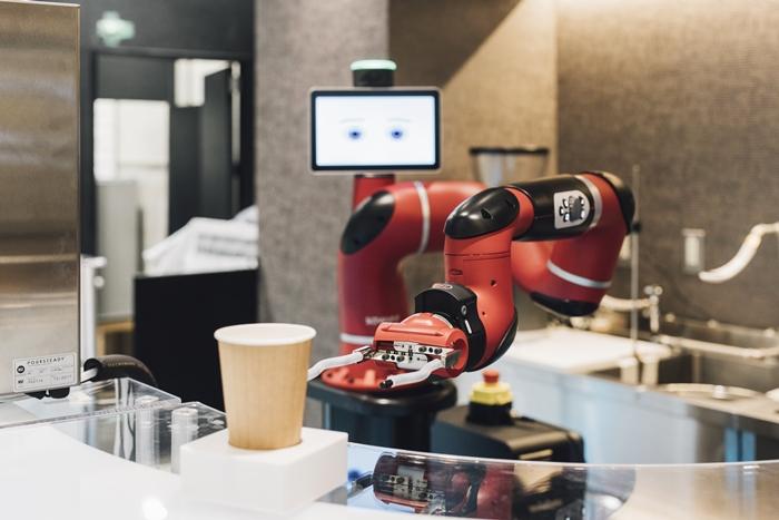 奇怪的咖啡廳-機器人泡咖啡