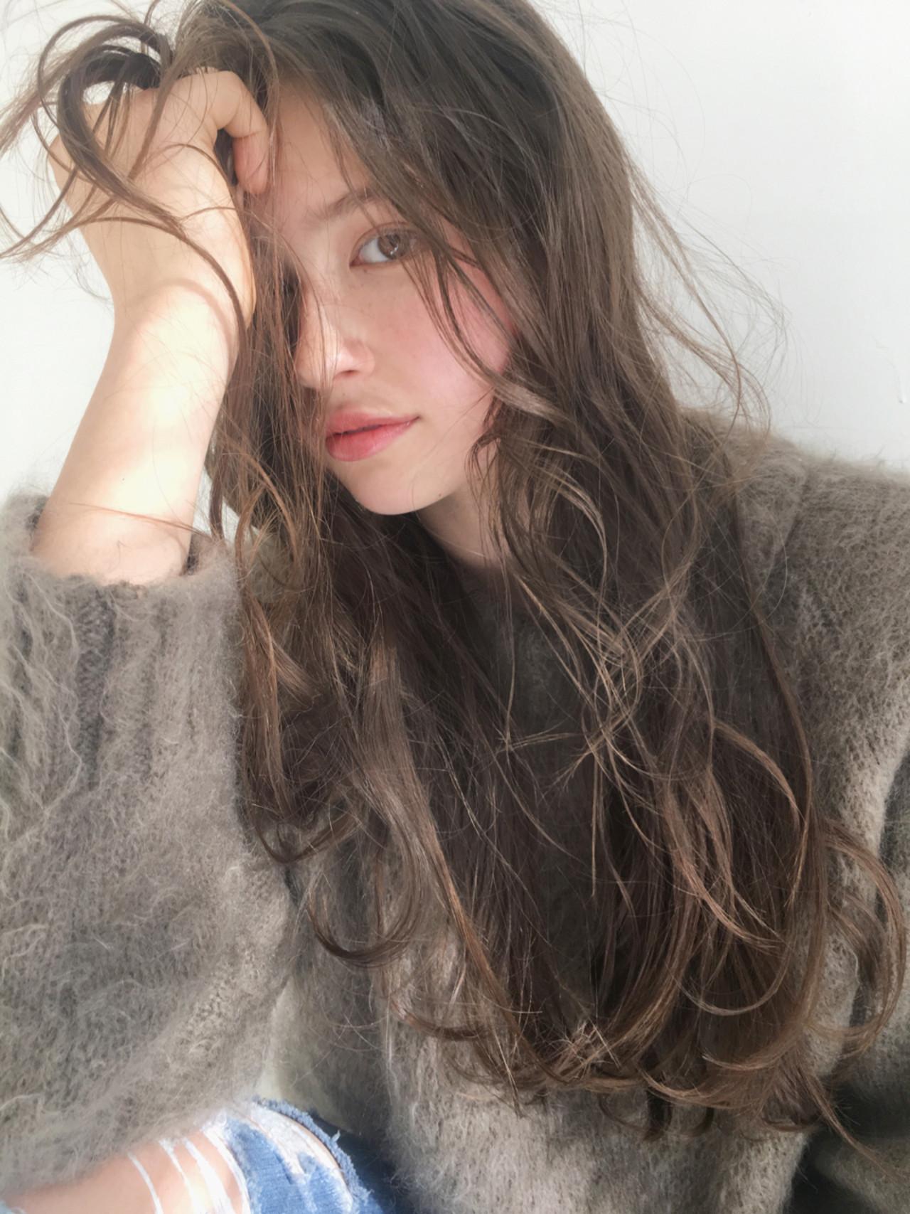 利用鬆軟輕柔卷髮營造外國人風♡長髮造型 中島 潮里 / LOAVE