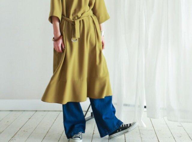 現正流行的層次穿搭:連身洋裝+丹寧褲