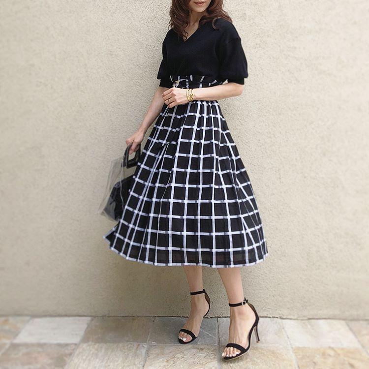 利用輪廓輕柔飄逸的裙子,提升女人味
