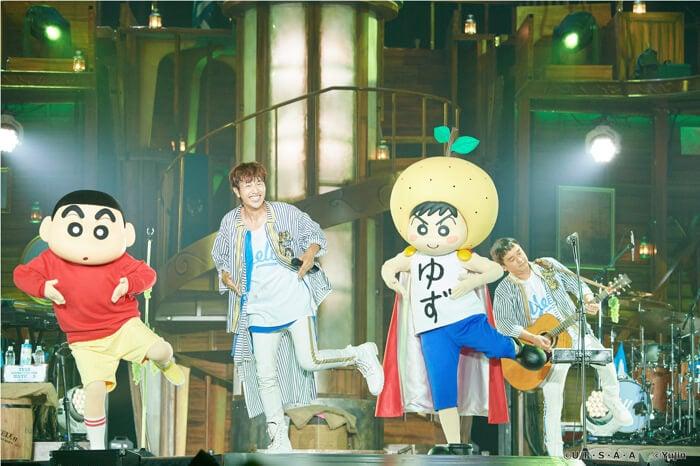 柚子於Arena Tour追加公演中與蠟筆小新一同演唱了新歌「清新舒暢麝香葡萄」! 柚子、蠟筆小新、
