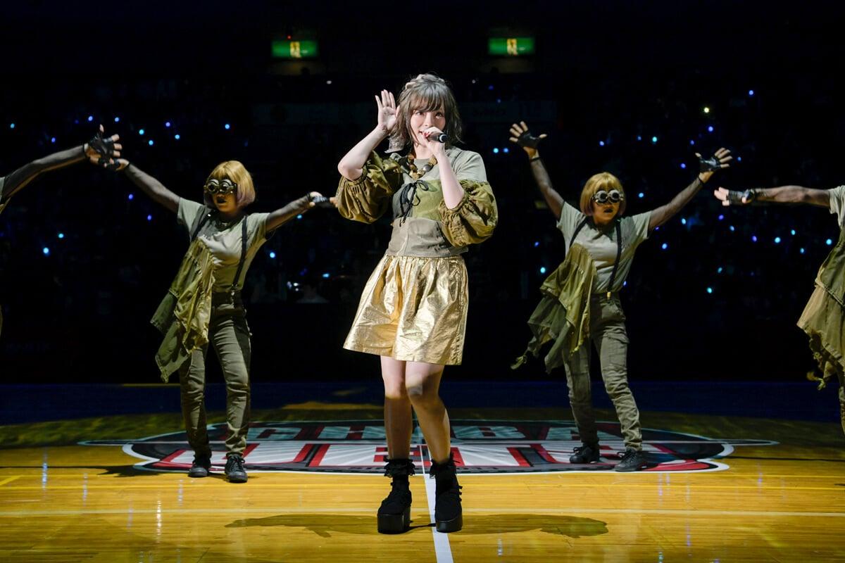 卡莉怪妞,在「B.LEAGUE B1開幕戰」驚喜演唱劇場版怪物彈珠「空之彼方」主題曲 「キズナミ」 卡莉怪妞、