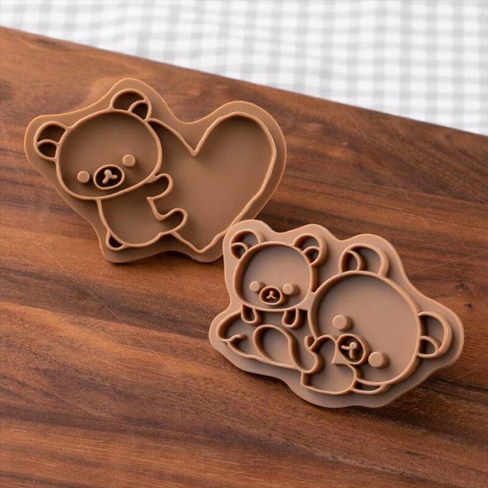 """""""拉拉熊餅乾壓模實體不同形狀的餅乾上壓印烘烤後用巧克力描繪出可愛圖樣,或是使用刀子延著壓模邊緣切割出生動的拉拉熊樣貌,是不分節日或季節都很好用的烘培道具。</p"""