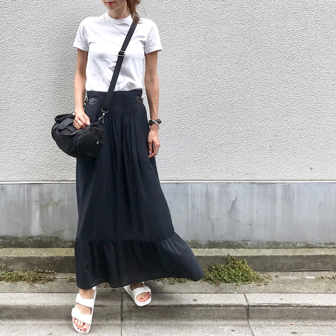 搭配黑色長裙,就能完成甜辣混搭風 soliabe5787